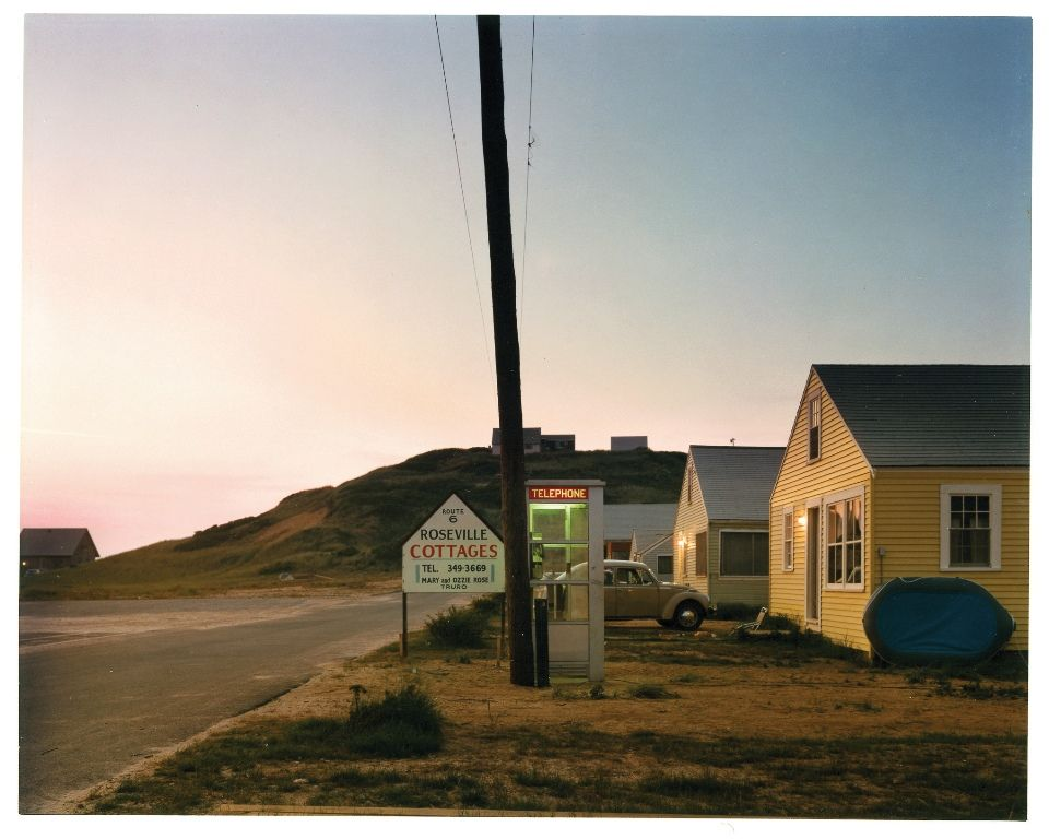 Joel Meyerowitz, Untitled (Roseville Cottages) 1975—1976, 56th Street & 3rd Avenue, New York, Street with pole, shadows, Farbfotografie, 19,4 x 24,4 cm, Albertina, Wien © Joel Meyerowitz; Foto: Albertina, Wien.