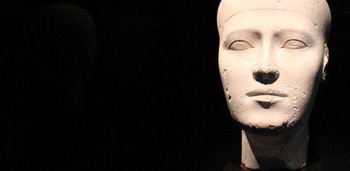 """Ersatzkopf, Detail, Altes Reich, 4. Dynastie, ca. 2609– 2584 v. Chr. © Kunsthistorisches Museum Wien, Ägyptisch-Orientalische Sammlung, Installationsansicht """"Im Schatten der Pyramiden"""", Foto: Anna-Maria Matzner"""