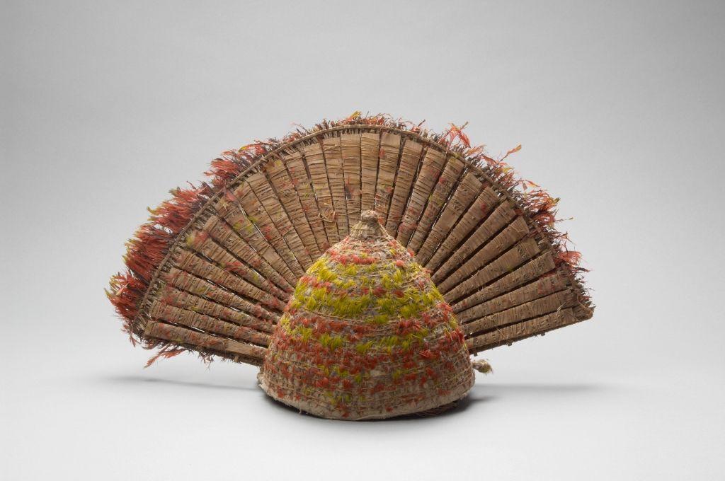 Kopfschmuck des Königs von Tonga, Tonga, um 1760, Pflanzenfasern, Holz, Federn, 33 x 54 cm © Museum für Völkerkunde, Wien.