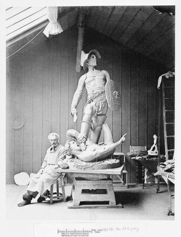 Anonym, Gérôme en tablier de sculpteur assis à côté du plâtre des Gladiateurs, um 1890, Albumindruck, 25,7 x 21 cm, Paris, Bibliothèque nationale de France © Bibliothèque nationale de France.