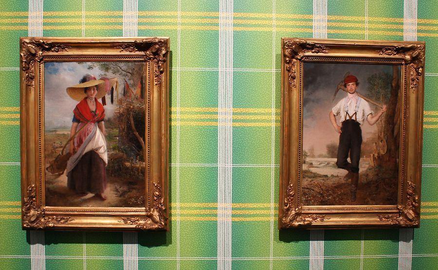 """Johann Baptist Reiter, Erdarbeiterin und Erdarbeiter, 1848, Museum of Fine Arts, Budapest; vor einer Tapete der Firma Spörlin und Rahn in Wien, 1828, Ausstellungsansicht """"Johann Baptist Reiter"""" im NORDICO, Foto: Alexandra Matzner."""