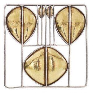 Brosche, 1905, Entwurf: Josef Hoffmann Ausführung: Wiener Werkstätte / Karl Ponocny, Modell Nr. G 482, Silber, Gold, Höhe: 5 cm, Breite: 5 cm, Privatbesitz, Foto: Decorative Arts Consult.