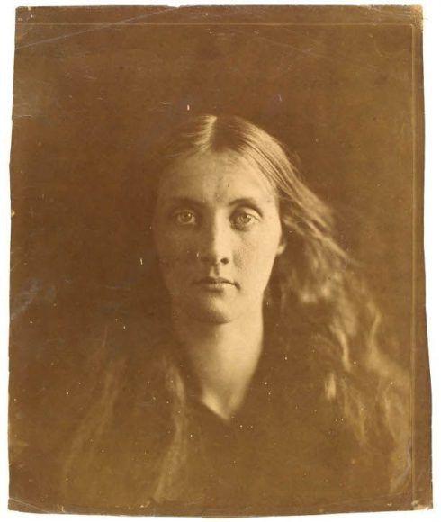 Julia Margaret Cameron, Julia Jackson, 1867, 61 x 51 x 4 cm, Albumindruck von einem nassen Kollodiumnegativ © Victoria and Albert Museum, London.