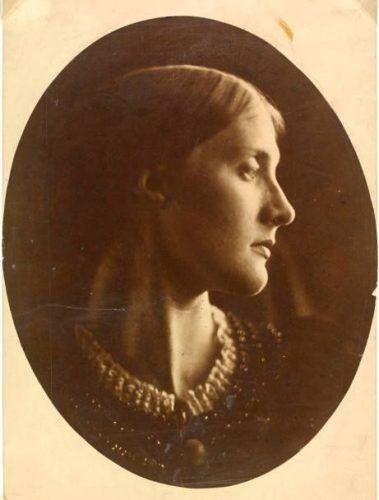 Julia Margaret Cameron, Julia Jackson (von der Seite), 1867, 61 x 51 x 4 cm, Albumindruck von einem nassen Kollodiumnegativ © Victoria and Albert Museum, London.