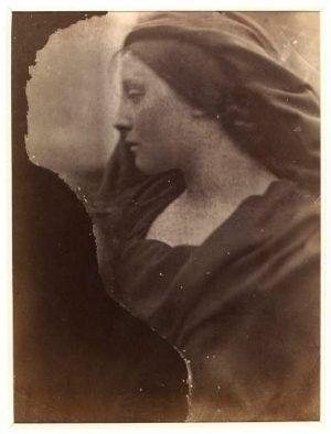 Julia Margaret Cameron, Mary Hillier, 1864–1866, 57 x 42 x 4 cm, Albumindruck von einem nassen Kollodiumnegativ © Victoria and Albert Museum, London.