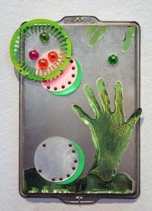 Kiki Kogelnik, Green Hand, 1964, Mischtechnik mit Vinyl, Folie und Tablett, 43 x 30 x 3 cm © Kiki Kogelnik Foundation Vienna/New York, Foto: Alexandra Matzner.