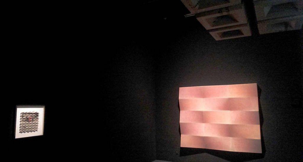 Peter Sandbichler, Tiling, 2011, Epoxidharz, Farbe, 144 × 504 × 20 cm (rechts) und DIE ZEIT, DOSSIER, 4. DEZEMBER 2014, 2015, Zeitungspapier, 50 × 50 × 5 cm (links) und Ohne Titel (Kassettendecke), 2016, Karton, Holz, 26,5 × 673 × 900 cm (oben), beide Courtesy Peter Sandbichler und Galerie Elisabeth & Klaus Thoman, Installationsfoto: Alexandra Matzner.