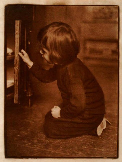 Heinrich Kühn, Hans vor einem Schrank knieend, um 1903, brauner Gummibichromatdruck, 469 x 356mm, Kupferstich-Kabinett Dresden.