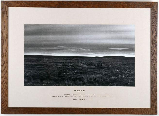 Hamish Fulton, Alaska, 1977, Fotografie auf Papier mit gedrucktem Text, 6-tlg., je 76 x 107 cm, Museum moderner Kunst Stiftung Ludwig Wien, Foto: © Museum moderner Kunst Stiftung Ludwig Wien.