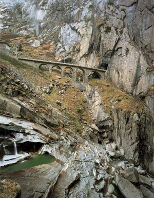 Margherita Spiluttini, Schöllenenbahn, Schweiz, (Nach der Natur), 2001, C-Print, 150 x 120 cm, Auflage: 2/5 + 2 AP, Courtesy Christine König Galerie, Wien © Margherita Spiluttini, Foto: © Margherita Spiluttini.