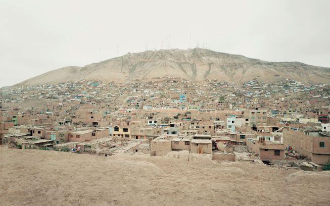 Thomas Struth,Cerro Moro Solar, Lima, Peru, 2003, C-Print, 180 x 282,2 cm