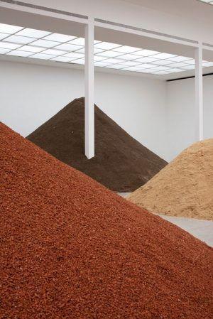 Lara Almarcegui, Installationsansicht: Ziegel, Erde, Gips (Bauschutt) Hauptraum Secession, 2010, Secession 2010, Foto: Wolfgang Thaler.