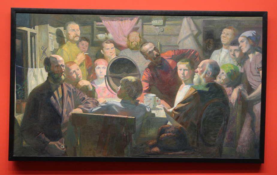 Wladimir Malagis, Man lauscht der Rede Stalins, 1933, Öl auf Leinwand, 123 x 212 cm (Sankt Petersburg, Staatliches Russisches Museum), Installationsansicht Albertina 2016, Foto: Alexandra Matzner.