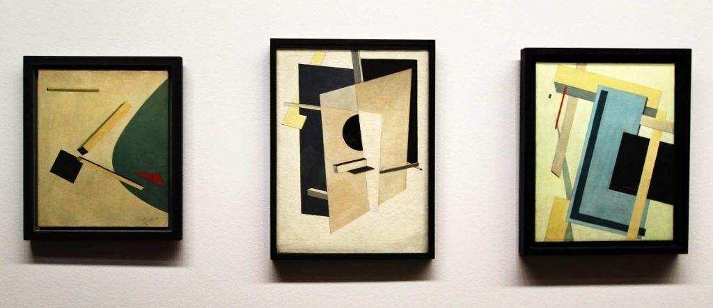 El Lissitzky, PROUN, Komposition, um 1919/20, Öl auf Karton, 59 x 49 cm (Privatsammlung) + PROUN, Durchdringungsflächen, 1919/20, Öl auf Leinwand, 81 x 59 cm (Halle/Saale, Kunstmuseum Moritzburg) + PROUN 4 B, 1919/20, Öl auf Leinwand, 70 x 55,5 cm (Madrid, Museo Thyssen-Bornemisza), Installationsansicht Albertina 2016, Foto: Alexandra Matzner.