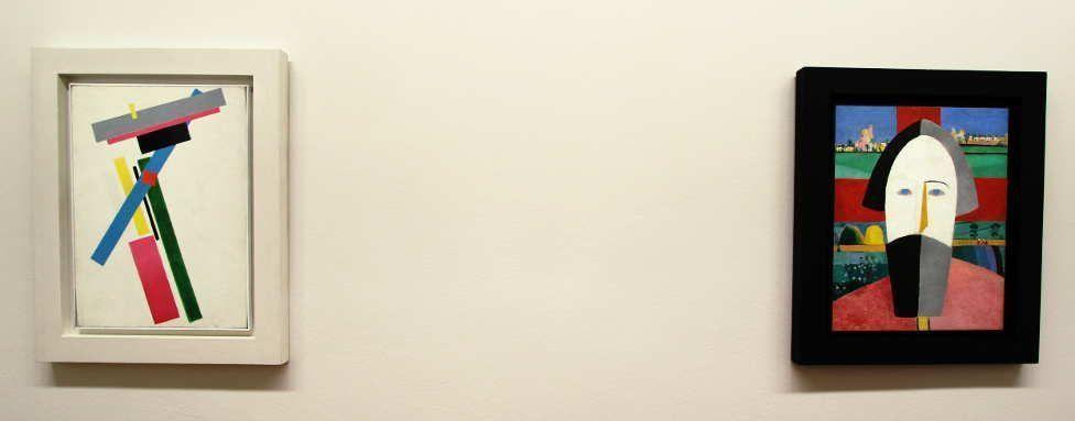 Kasimir Malewitsch, Suprematistischer Farbaufbau, 1928/29, Öl auf Leinwand, 72 x 52 cm + Kopf eines Bauern, 1928/29, Öl auf Sperrholz, 69 x 55 cm (beide Sankt Petersburg, Staatliches Russisches Museum), Installationsansicht Albertina 2016, Foto: Alexandra Matzner.
