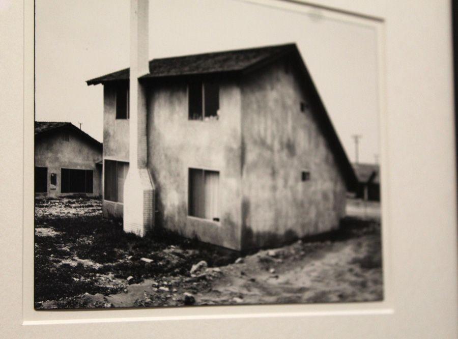 """Lewis Baltz, The Tract Houses, Detail der eingefärbten Kante, 1969-1971, Silbergelatinepapier, Privatsammlung, Installationsansicht der Albertina """"Lewis Baltz"""" 2013, Foto: Alexandra Matzner."""