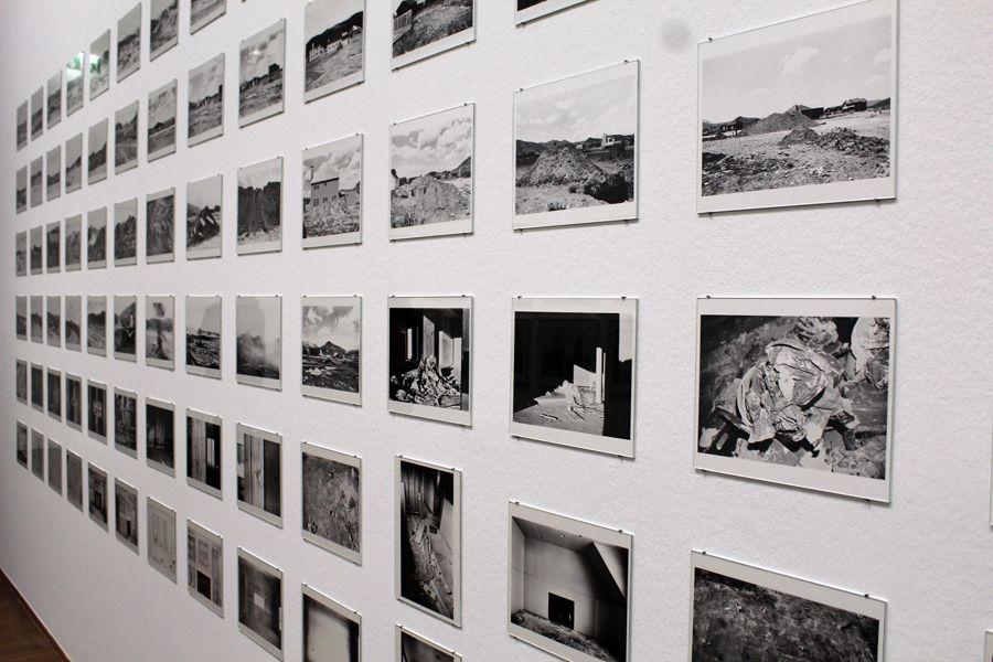 """Lewis Baltz, Candlestick Point, 1987-1989, Schrägansicht in der Albertina """"Lewis Baltz"""" 2013, Foto: Alexandra Matzner."""