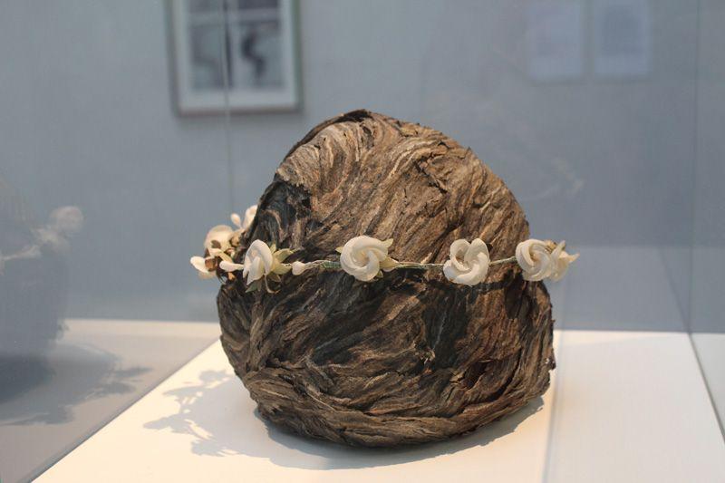 Lois Weinberger, Firmung, Mitte 1970er Jahre, Wespennest (erneuert), Blumenkranz aus Stoff und Draht, Höhe 15 cm, Dm 18 cm, Foto: Alexandra Matzner.