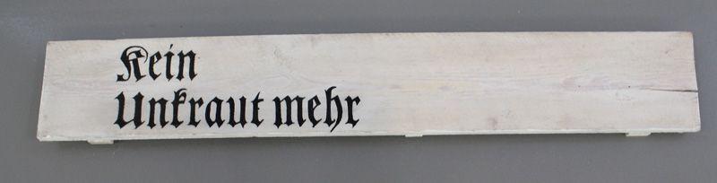 Lois Weinberger, Kein Unkraut mehr, 2004, Holz bemalt, 21 x 137 x 5 cm, Foto: Alexandra Matzner.