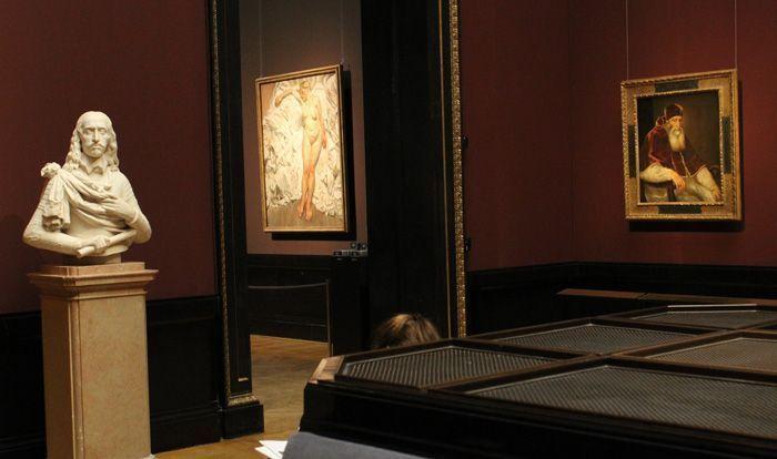 """Ausstellungsansicht """"Lucian Freud"""" im KHM Wien, Blick vom Tizian-Raum auf Lucian Freud, Standing by the Rags, 1988-89, London, Tate, Foto: Alexandra Matzner."""