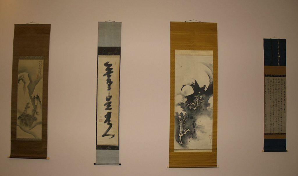 """Vier Rollbilder mit Kalligraphie von Ji'un (Osaka 1718–1805 Osaka), """"Nur wer einfach lebt, lebt edel"""" und einem Drachen von Maruyama Ōkyo, Zugeschrieben (Kameoka/Tanba 1733–1795 Kyoto) in der Mitte (Sammlung Genzō Hattori), Foto: Alexandra Matzner."""