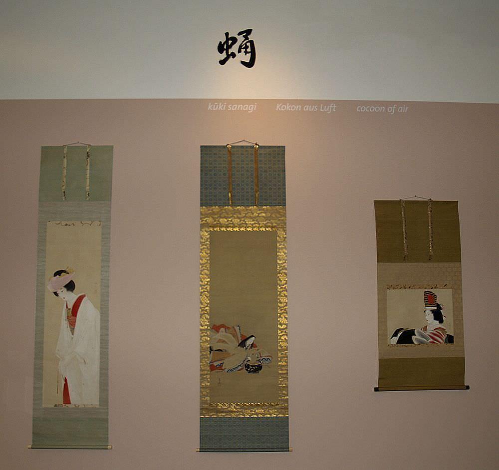 Drei Rollbilder von Kaburaki Kiyokata (Kandaa/Tokyo 1878–1972 Tokyo), Rote Pflaume in der Winterkälte, eine Braut – Mitte: Kano Tsunenobu (Edo 1636–1713 Edo), Komachi wäscht ein Gedicht von einem Blatt Papier – Rechts: (Sammlung Genzō Hattori), Foto: Alexandra Matzner.