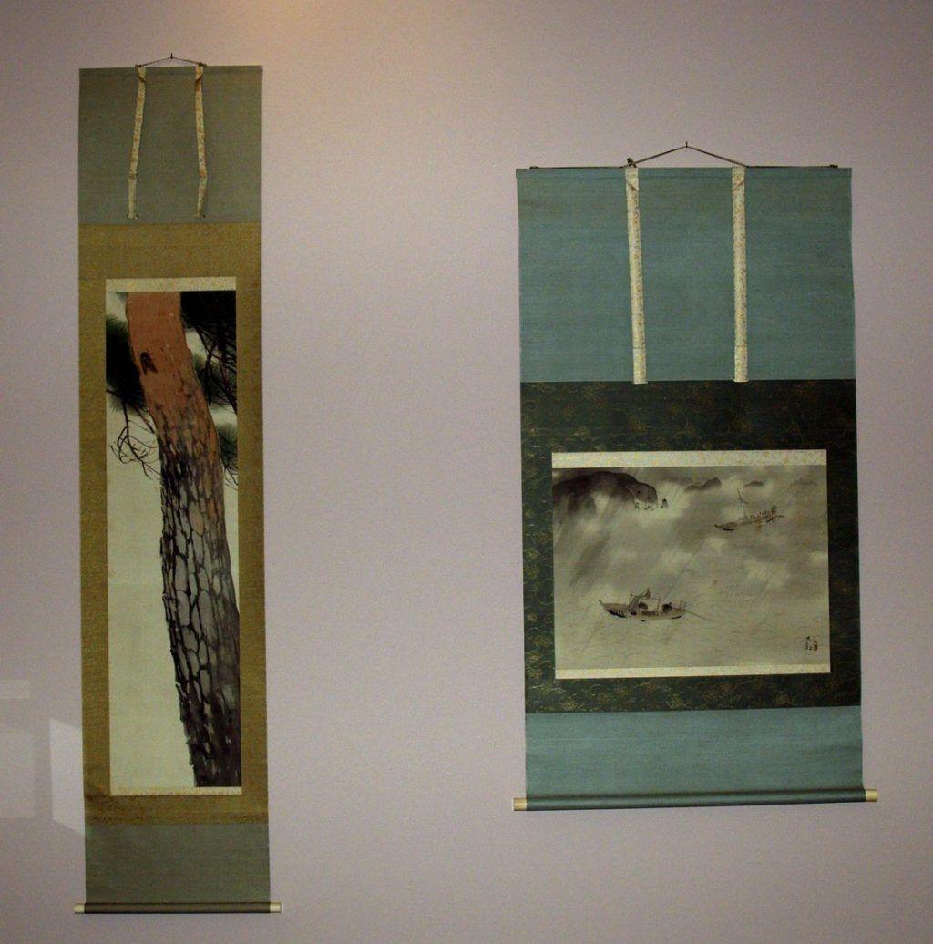 Zwei Rollbilder von Kawai Gyokudō (Ichinomiya/Aichi 1873–1957 Tokyo), Das Rauschen der Kiefer, die Stimme der Zikade und Yokoyama Taikan (Mito/Ibaragi 1868–1958 Tokyo), Regenschauer über dem See (Sammlung Genzō Hattori), Foto: Alexandra Matzner.