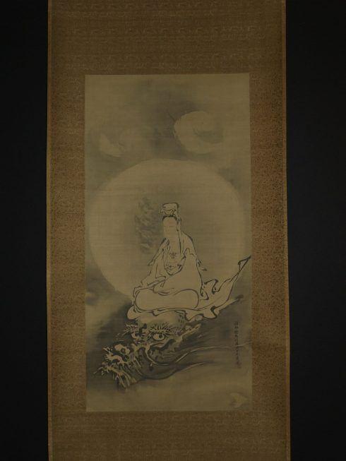 Ein Rollbild von Kanō Tanyū (Kyoto 1602–1674 Edo), Kannon reitet auf einem Drachen (Sammlung Genzō Hattori), Foto: Alexandra Matzner.