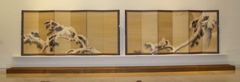 Zwei sechsteilige Wandschirme von Yamamoto Shunkyo (Ōtsu (Shiga) 1871–1933 Kyoto), Kiefer im Schnee (Sammlung Genzō Hattori), Foto: Alexandra Matzner.