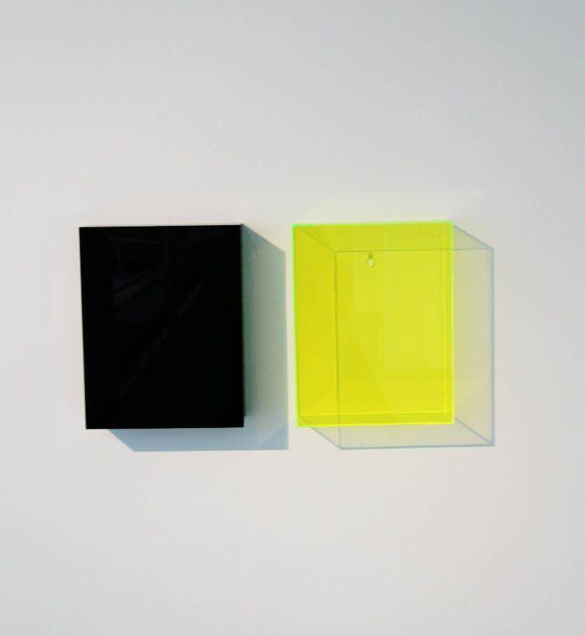 Gerwald Rockenschaub, Schwarzes Acrylglas, Messinghacken; Gelb fluorizierendes Acrylglas, 1991, 32 x 25 x 71 cm, Sammlung Geyer, Wien, Foto: Alexandra Matzner.