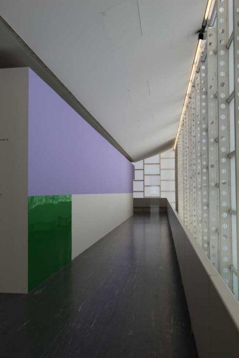 Gerwald Rockenschaub, Wandfarbe, 2 Acrylglasplatten (schwarz, grün), Metrallschrauben, Unterlegscheiben, 2016, 21er Haus, Installationsansicht: Alexandra Matzner.