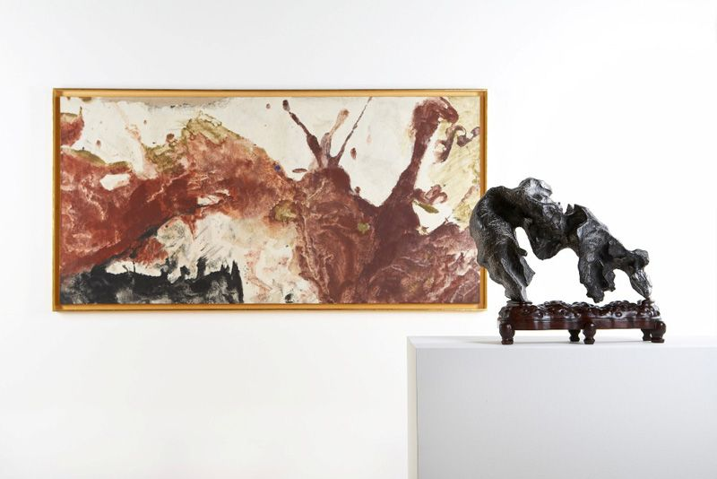 Installationsansicht Essl Museum, 2010, Malerei von Max Weiler im Dialog mit einem chinesischen Gelehrtenstein, Stein aus der Sammlung Benz, Foto: Mischa Nawrata, Wien.
