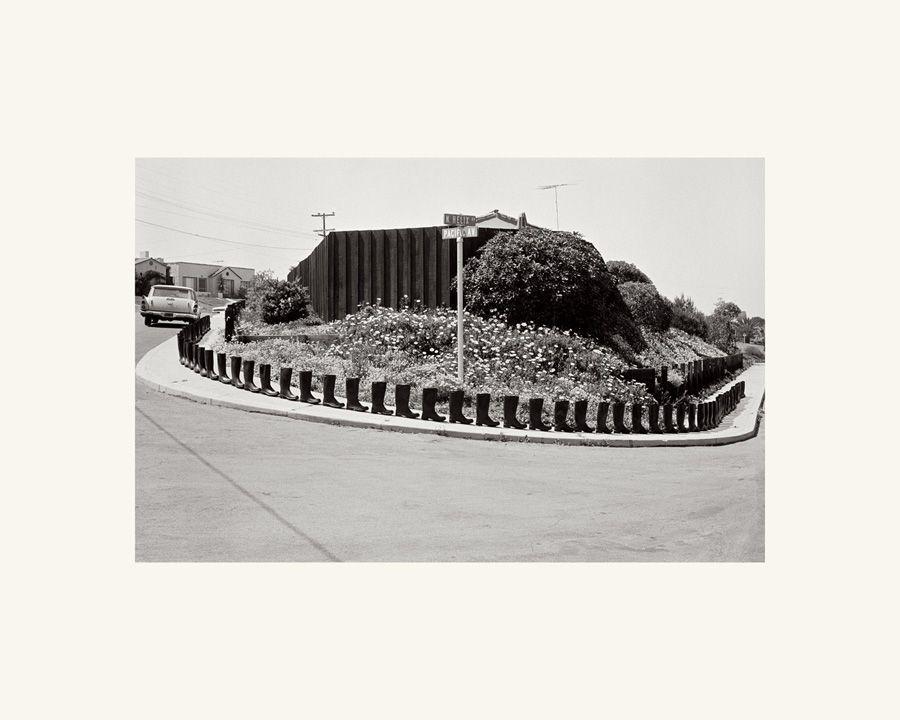 Eleanor Antin, 100 Boots Turn the Corner, 1971, S/W-Postkarte, Aus der 51-teiligen Serie, 1971-1973 © Eleanor Antin / SAMMLUNG VERBUND, Wien, Courtesy the artist and Ronald Feldman Fine Arts, New York.