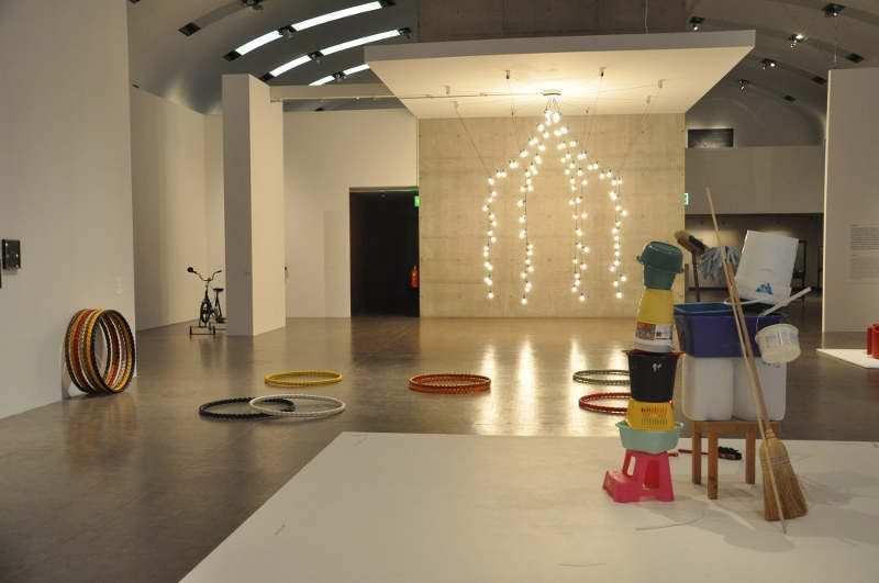 Ausstellungsansicht, Kunsthalle Wien 2012, Foto: Alexandra Matzner, mit Werken von Erwin Wurm, Ulrike Lienbacher und Jeppe Hein © bei den Künstlern.