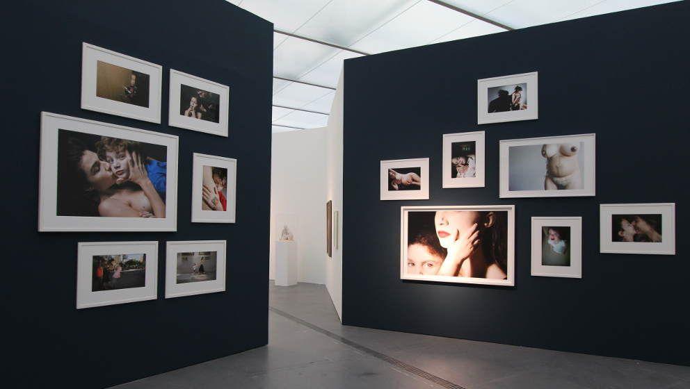 "Elinor Carucci, ""Mother"", Pigmentdrucke, variable Größen © Elinor Carucci / Courtesy Edwynn Houk Gallery, New York, Installationsansicht ""Rabenmütter"", LENTOS 2014/15, Foto: Alexandra Matzner."
