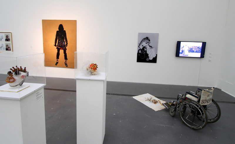 """Installationsansicht """"Rabenmütter"""", LENTOS 2014/15: Kiki Kogelnik, The Painter, 1975, Acryl auf Packpapier auf Leinwand, 206 x 155 cm (Kiki Kogelnik Foundation Wien/New York); Renate Bertlmann, Schnuller-Brautstrauß, 1977, Relikt aus der Performance Schwangere Braut im Rollstuhl, (Leihgabe der Künstlerin) und Schwangere Braut im Rollstuhl, 1978, Digitalfotografe auf Dibond (Leihgabe der Künstlerin, Foto der Performance: Margot Pilz), Foto: Alexandra Matzner."""