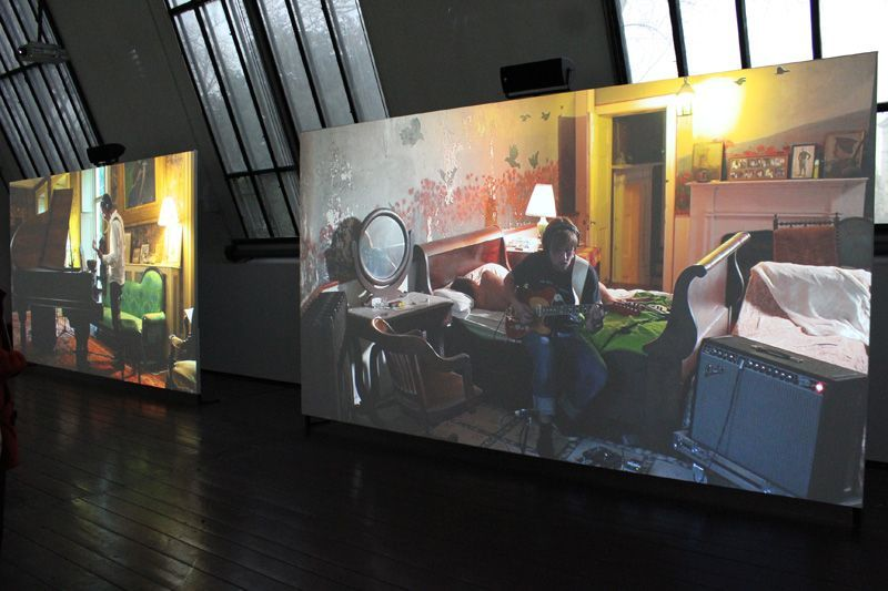 Ragnar Kjartansson, The Visitors (Gitarre), 2012, Still, Nine channel HD video projection, Duration: 64 minutes, Courtesy of the artist, Thyssen-Bornemisza Art Contemporary, Installationsfoto: Alexandra Matzner.