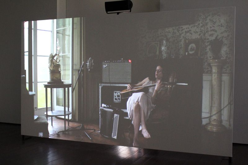 Ragnar Kjartansson, The Visitors (Gitarre und Boxen), 2012, Still, Nine channel HD video projection, Duration: 64 minutes, Courtesy of the artist, Thyssen-Bornemisza Art Contemporary, Installationsfoto: Alexandra Matzner.