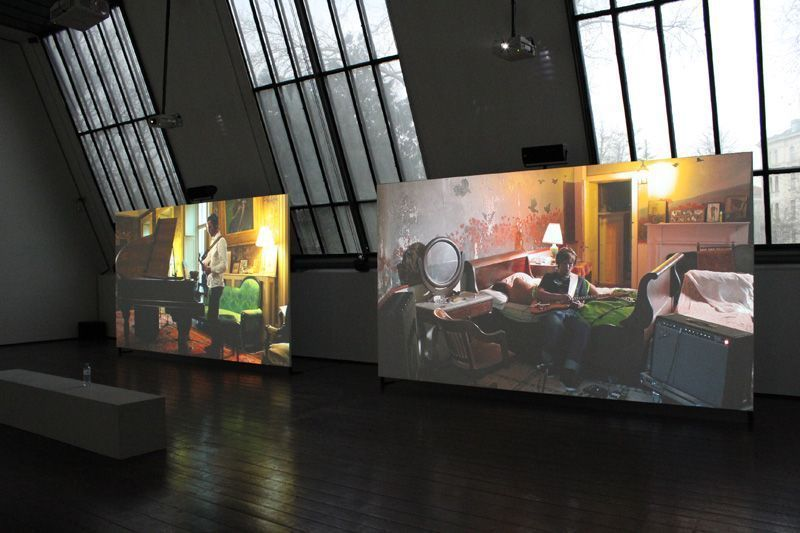 Ragnar Kjartansson, The Visitors (Klavier), 2012, Still, Nine channel HD video projection, Duration: 64 minutes, Courtesy of the artist, Thyssen-Bornemisza Art Contemporary, Installationsfoto: Alexandra Matzner.