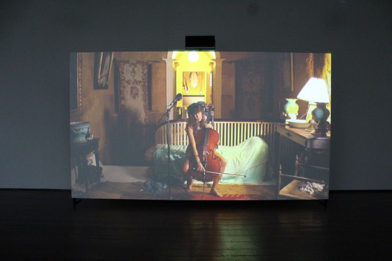 Ragnar Kjartansson, The Visitors (Cello2), 2012, Still, Nine channel HD video projection, Duration: 64 minutes, Courtesy of the artist, Thyssen-Bornemisza Art Contemporary, Installationsfoto: Alexandra Matzner.