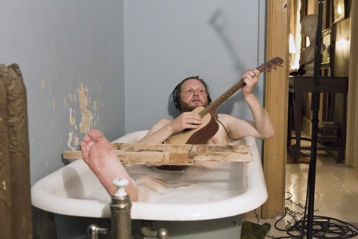 Ragnar Kjartansson, The Visitors (mit Gitarre im Bad), 2012, Still, Nine channel HD video projection, Duration: 64 minutes, Courtesy of the artist, Thyssen-Bornemisza Art Contemporary.