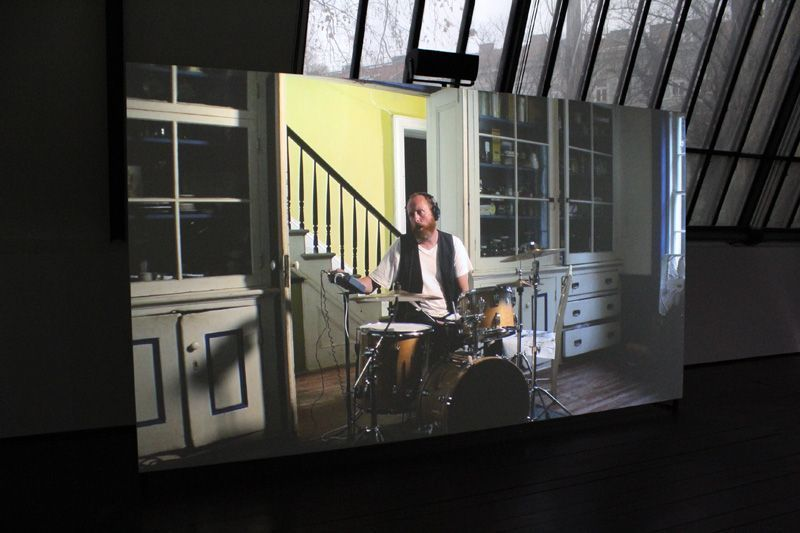 Ragnar Kjartansson, The Visitors (Schlagzeug), 2012, Still, Nine channel HD video projection, Duration: 64 minutes, Courtesy of the artist, Thyssen-Bornemisza Art Contemporary, Installationsfoto: Alexandra Matzner.