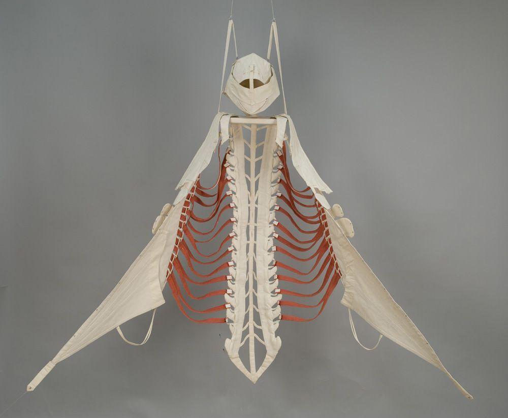 Barbara Graf, Jumping out of one`s skin, Anatomisches Gewand III, 1996, Baumwolle, Druckknöpfe, Haken und Ösen, 225 x 200 cm © MUSA; Foto: Michael Wolschlager.