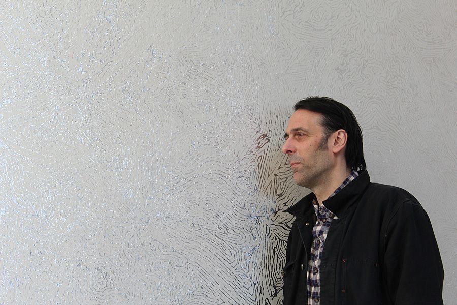 Richard Wright vor seiner Wandzeichnung.