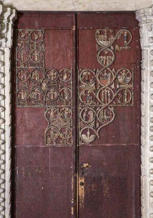 Westportal des Doms zu Gurk, Türflügel mit den erhaltenen Resten des Reliefdekors, um 1230, Tannenholz (Türflügel) und Lindenholz (Reliefs), bemalt © BDA (I. Dworak).