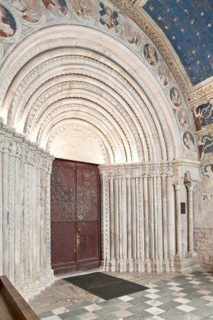 Westliche Vorhalle des Doms zu Gurk, Ansicht des Trichterportals (um 1200) und den beiden Türflügeln mit Reliefs (um 1230) © BDA (I. Dworak).
