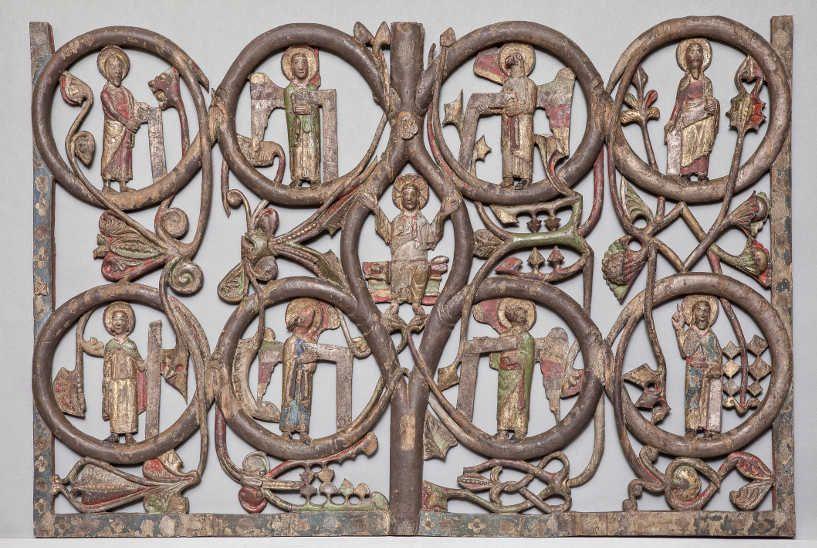 Reliefs vom linken Flügel des Gurker Westportals, Fragment einer Wurzel Jesse-Darstellung, mittleres Kompartiment: Christus, vier Evangelistensymbole und vier Propheten © BDA (P. Laubenstein).
