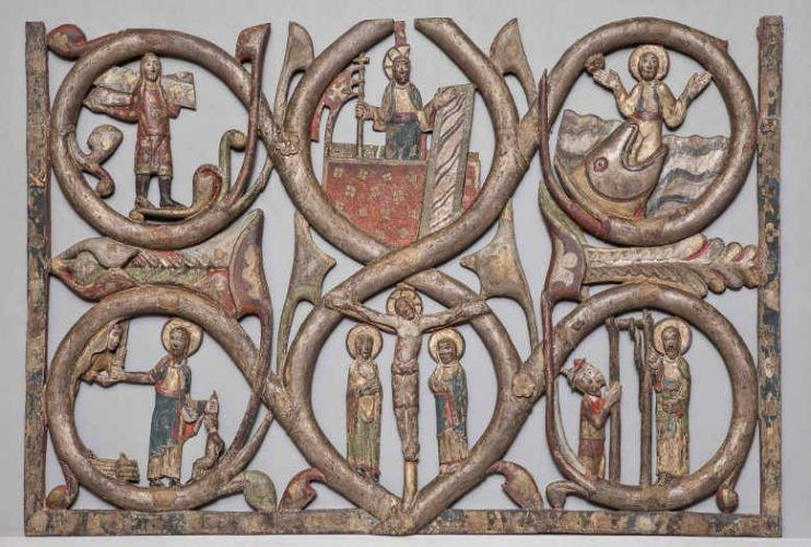 Reliefs vom rechten Flügel des Gurker Westportals, Fragment eines typologischen Zyklus, mittleres Kompartiment mit Kreuzigung und Auferstehung Christi im Zentrum © BDA (P. Laubenstein).