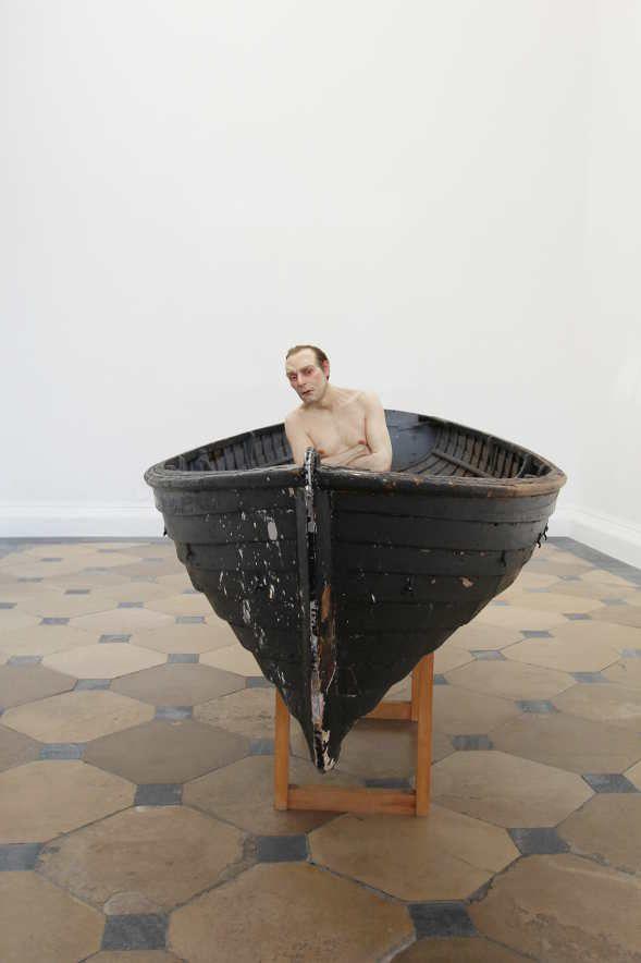 Ron Mueck, Man in a Boat (2000-2002), Ausstellungsansicht im Theseustempel, Wien 2016, Installationsfoto: Alexandra Matzner.