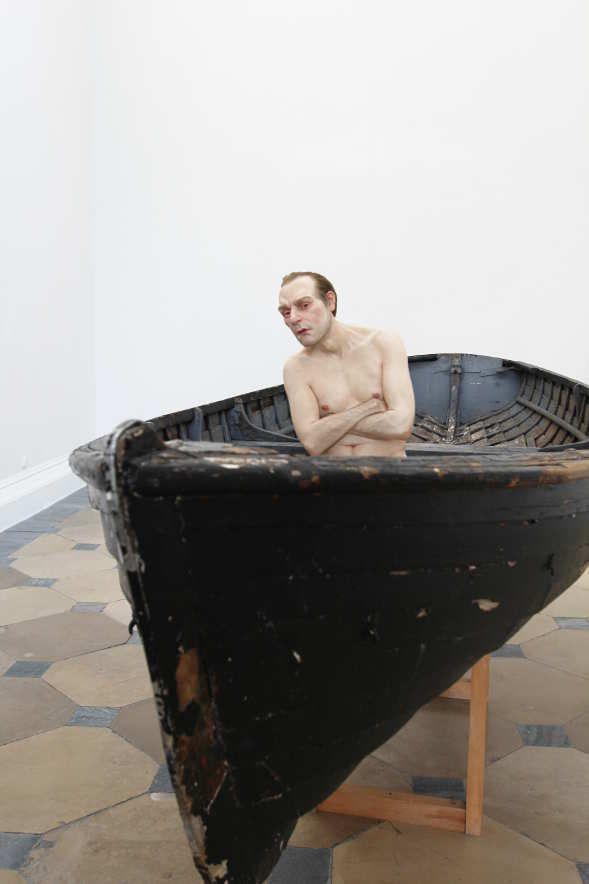 Ron Mueck, Man in a Boat (2000-2002), Ausstellungsansicht Theseustempel, Wien 2016, Installationsfoto: Alexandra Matzner.